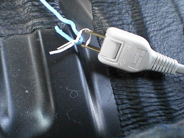 車内にAC100Vコンセント設置 【コンセント配線】 配線通し