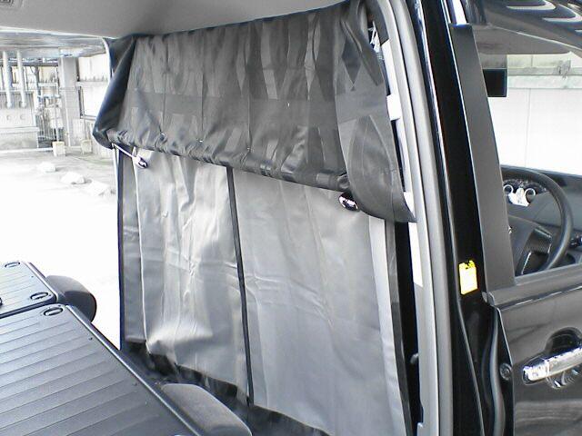 車中泊の定番、センターカーテン取付け 【カーテンレール取付その2】 カーテン取り付け後ろ