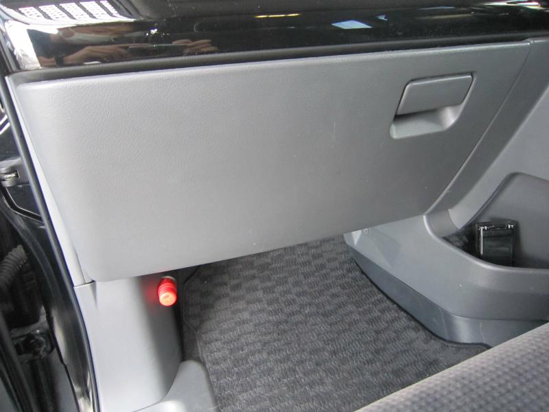 カビ臭い車内の空気を清浄化 【エアコンフィルター交換】グローブボックス