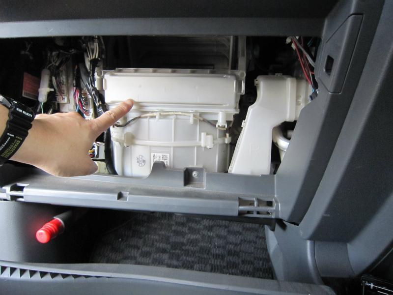 カビ臭い車内の空気を清浄化 【エアコンフィルター交換】フィルター蓋