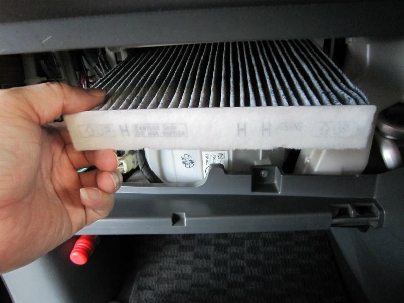 カビ臭い車内の空気を清浄化 【エアコンフィルター交換】古いフィルター