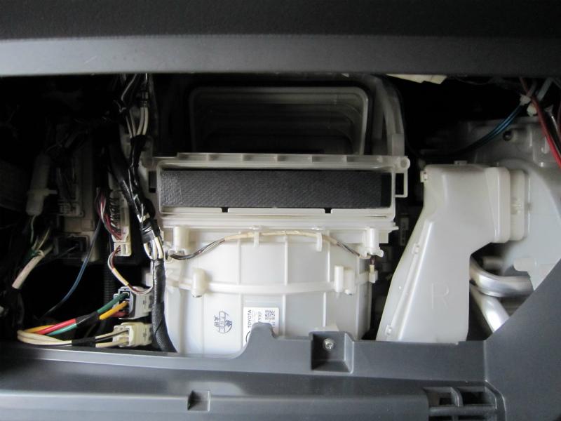 カビ臭い車内の空気を清浄化 【エアコンフィルター交換】新フィルターセット後