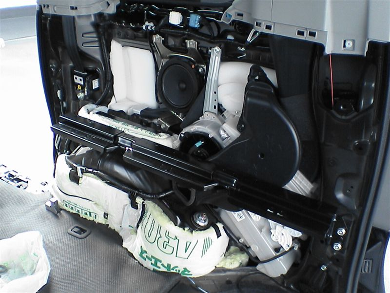 車中泊をさらにパワーアップ 【リアラゲッジ断熱+静音】 運転席側施工